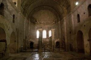 Immagine dell'Interno della basilica di San Nicola di Myra, dove i genovesi - secondo la leggenda - trafugarono le reliquie di San Giovanni (Photographer: Alessandro Ravera)